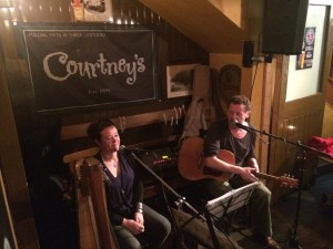 Het duo Mac & Mel, in de Ierse pub Courtneys