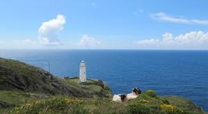 De vuurtoren van Bere Island duikt onverwachts op tijdens de wandeling