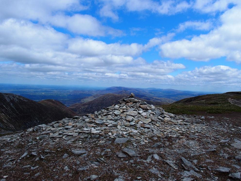 Het heuveltje stenen markeert het hoogste punt van Mangerton Mountain, op 839 meter
