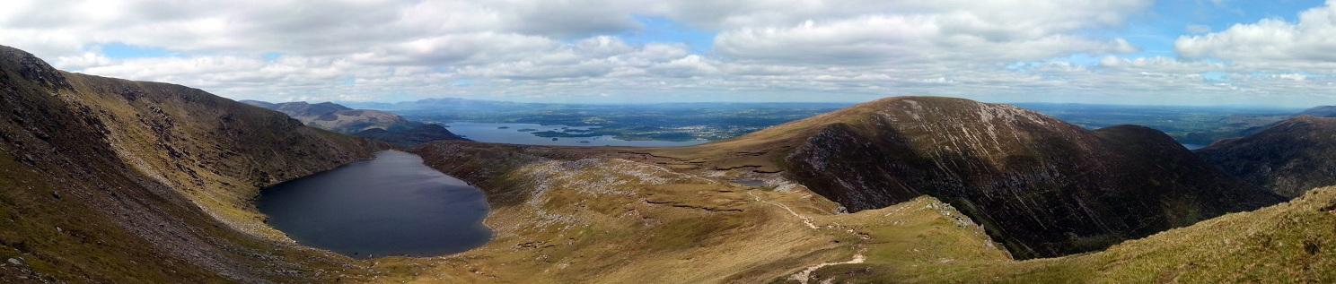 Prachtig panorama vanaf de top! Killarney's meren op de achtergrond, Devils Punchbowl op de voorgrond. Wat is het hier mooi!!