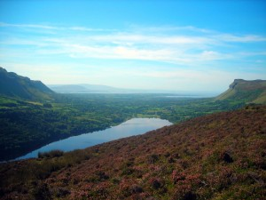 Het prachtige meer van Glencar, omringd door de heuvels van Sligo