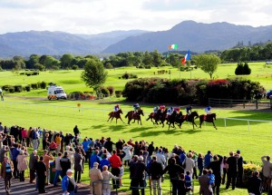 De Killarney Races worden tegen een schitterend decor gehouden!