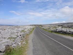 Deze fietsroute voert je langs de kalkstenen heuvels van The Burren.