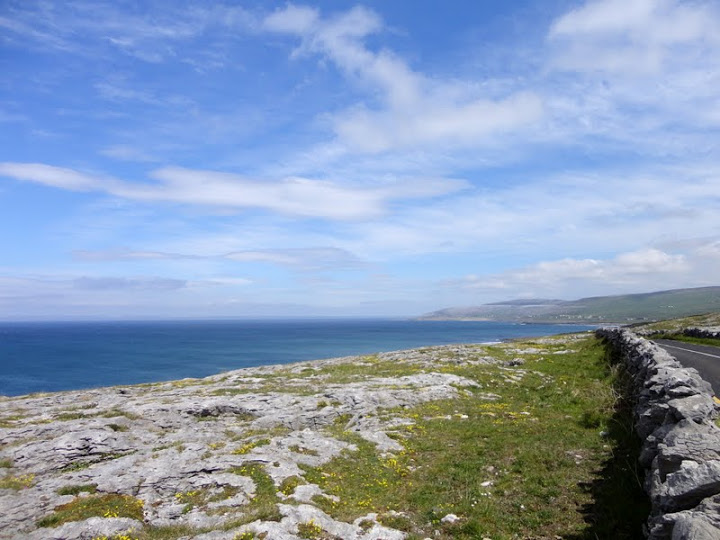 De grijze karststeen van The Burren langs de kustroute vanaf Doolin.