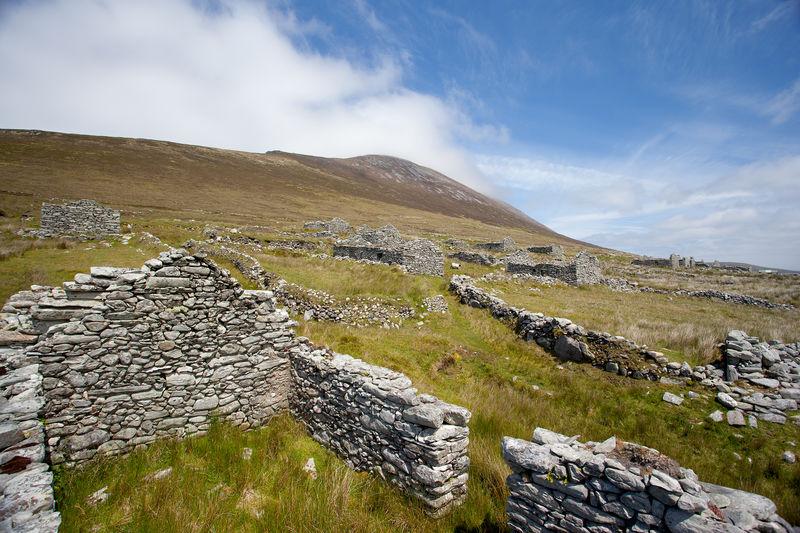 De ruïnes van het verlaten dorp op Achill Island.