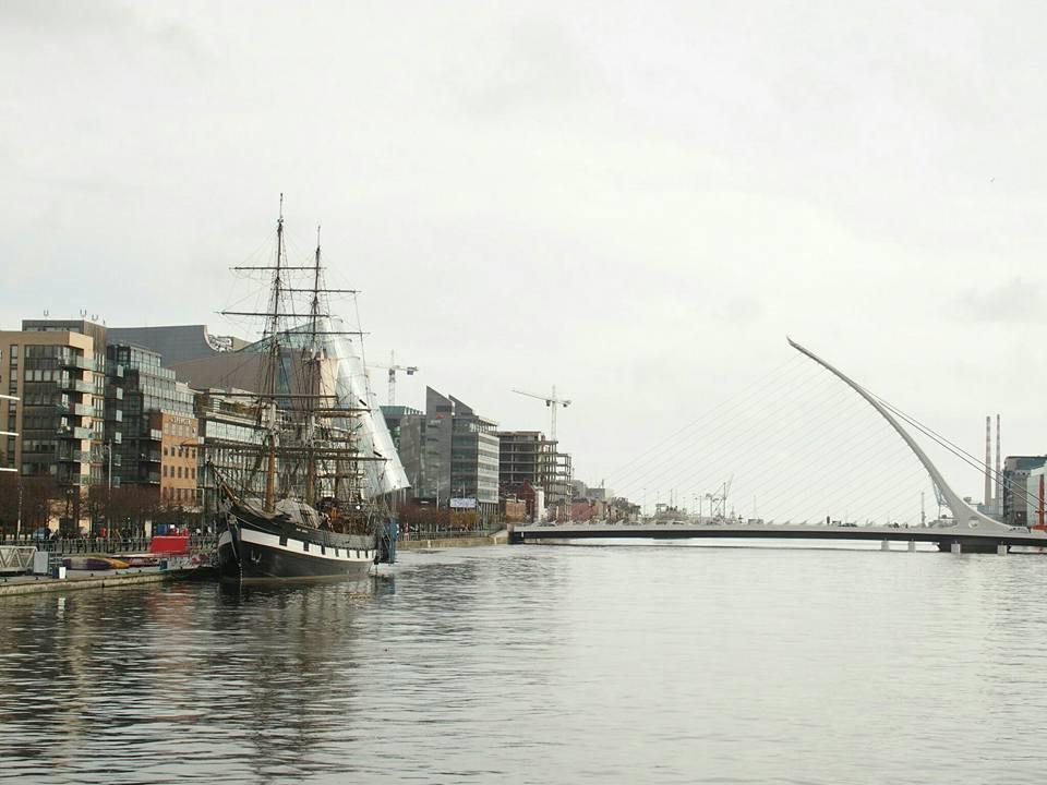 De brug in de verte is in de vorm van een harp. Op de voorgrond de Jeanie Johnston.