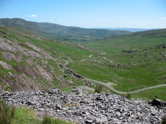 Aan de andere zijde slingert de weg in een fantastische afdaling richting Adrigole en Bantry Bay. Pas op voor de vele schapen op de weg!