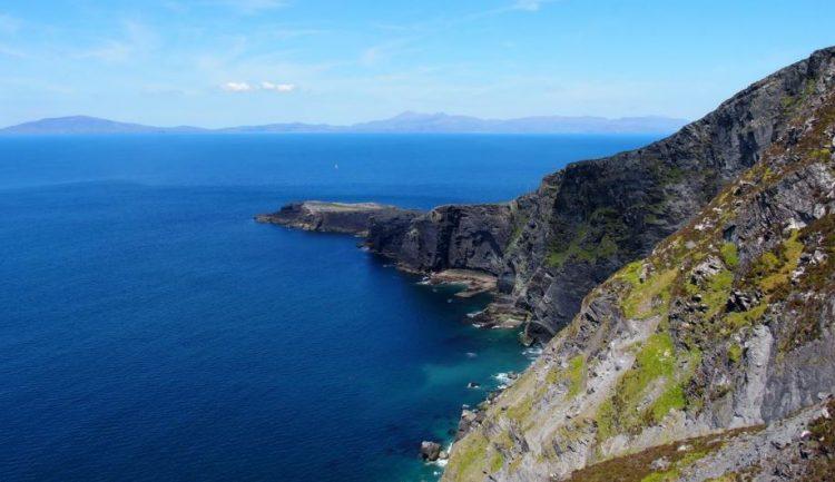 De ruige kliffen vanaf Geokaun Mountain gezien.