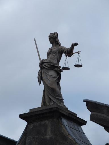 De Dubliners zijn niet erg enthousiast over Dublin Castle, mede omdat Vrouwe Justitia met haar rug naar de stad staat!