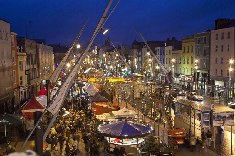 Een prachtig versierd Cork tijdens festival Glow!